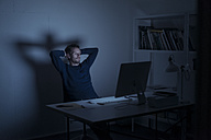 Man working late in office - KNSF01190