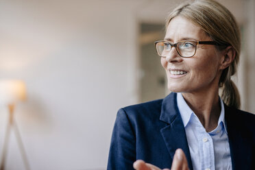 Portrait of confident businesswoman wearing glasses - JOSF00718