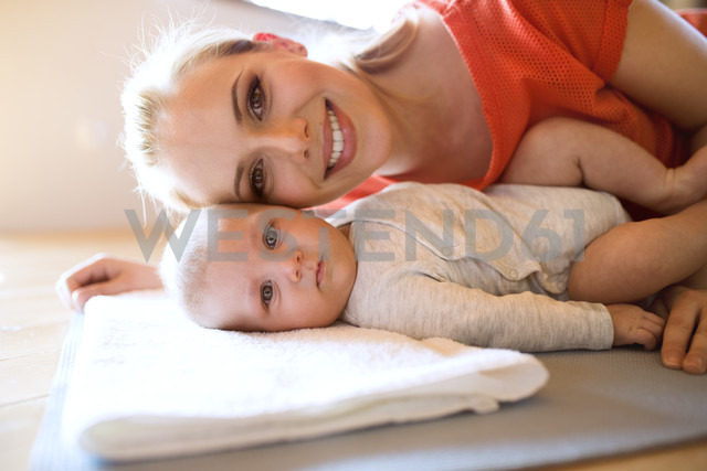 Portrait of happy mother with baby at home - HAPF01378 - HalfPoint/Westend61