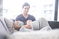 Happy young couple relaxing at home - SIPF01517