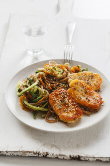 Spelt whole grain spaghetti with zoodles, carrot slices and fried Halloumi - EVGF03185