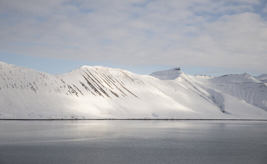 Iceland, water and snow-covered mountains - EPF00428