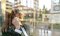 Businesswoman talking on the phone - DAPF00612