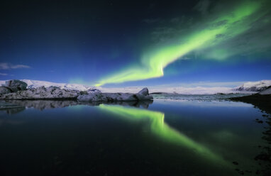 Iceland, Northern lights over Jokulsarlon glacial lake - RAEF01794