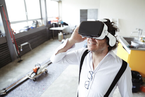 Architect wearing Virtual Reality Glasses at construction site - REAF00222