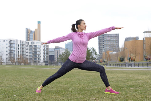 Female athlete exercising on a meadow - BFRF01798