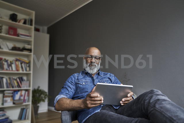 Mature man using digital tablet - FMKF03743 - Jo Kirchherr/Westend61