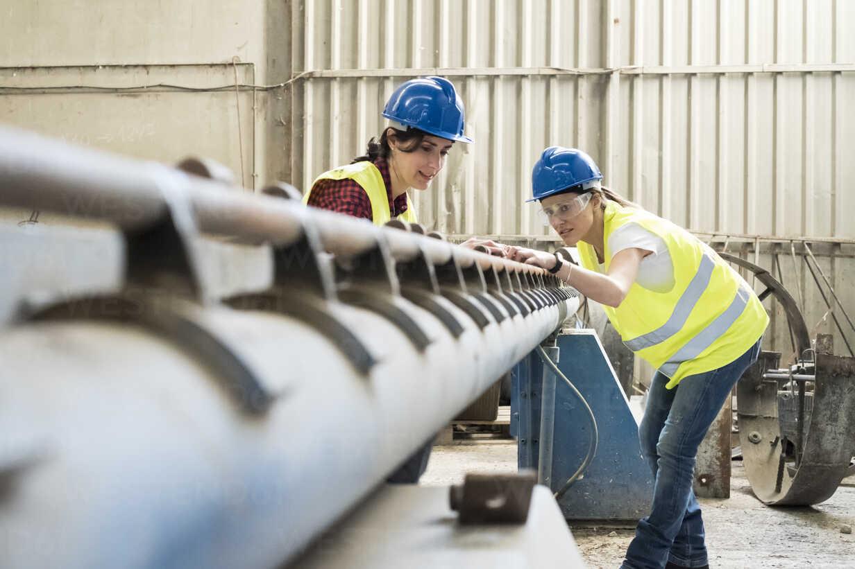 Female skilled workers in concrete factory adjusting machine - JASF01654 - Jaen Stock/Westend61