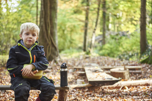 Portrait of blond little boy having lunch in the forest - JEDF00291