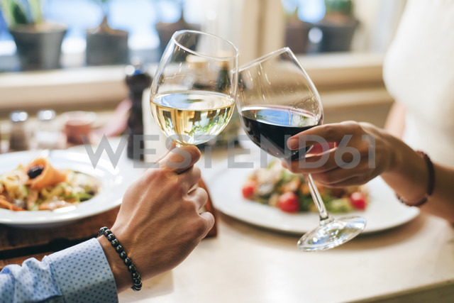Couple toasting with wine, close-up - MOMF00099 - Mosuno Media/Westend61