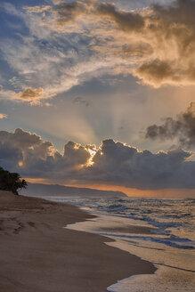 USA, Hawaii, Oahu, Sunset and surf at Sunset Beach - RUEF01785