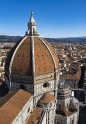 Italy, Tuscany, Florence, dome of Basilica di Santa Maria del Fiore and cityscape - LOMF00541