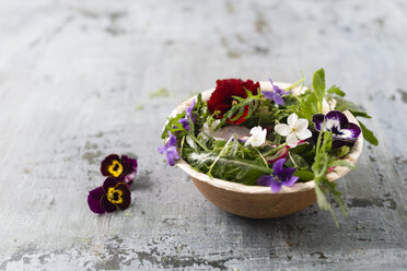 Bowl of leaf salad with red radishes, cress and edible flowers - MYF01905