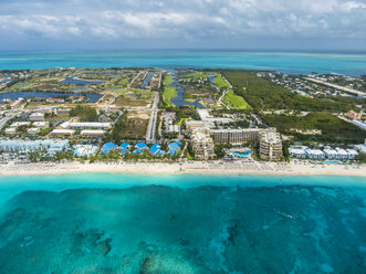 Caribbean, Cayman Islands, George Town, Luxury resorts and Seven Mile Beach - AMF05373
