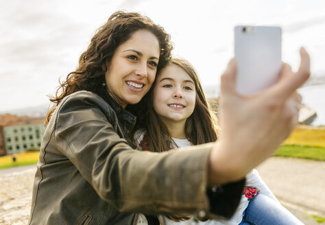 Happy mother and daughter taking a selfie - MGOF03226