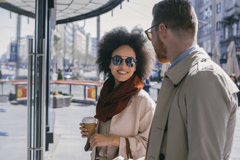 Couple in the city with takeaway coffee - MOMF00141