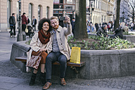 Couple taking a selfie in the city - MOMF00147