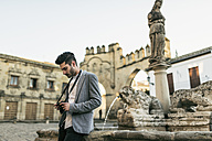 Young man taking pictues on a city break - JASF01705