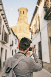 Young man taking pictues on a city break - JASF01708