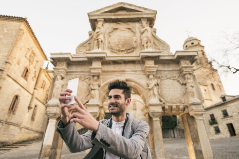 Young man taking selfie with his smartphone - JASF01714
