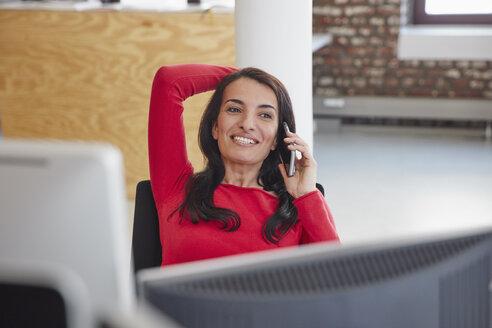 Businesswoman using mobile phone - RHF01919