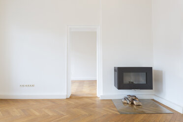 Spacious empty living room with herringbone parquet and fireplace - FCF01167