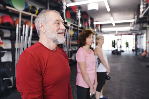 Group of fit seniors in gym working out with kettlebells - HAPF01485