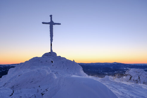 Germany, Bavaria, Bavarian Forest in winter, Great Arber, summit cross in morning - SIEF07411