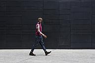 Walking man watching something - MAUF01070