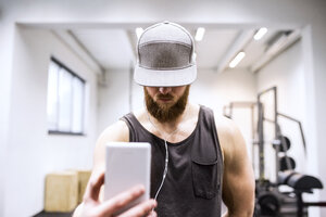 Young athete taking selfies in gym - HAPF01541