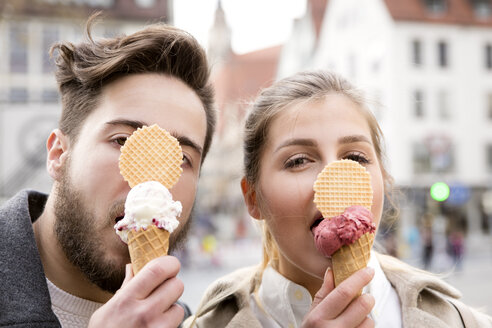 Funny portrait of young couple eating ice cream - MIDF00828