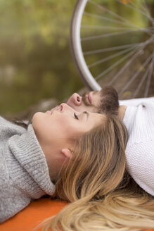 Young couple relaxing together - MIDF00837