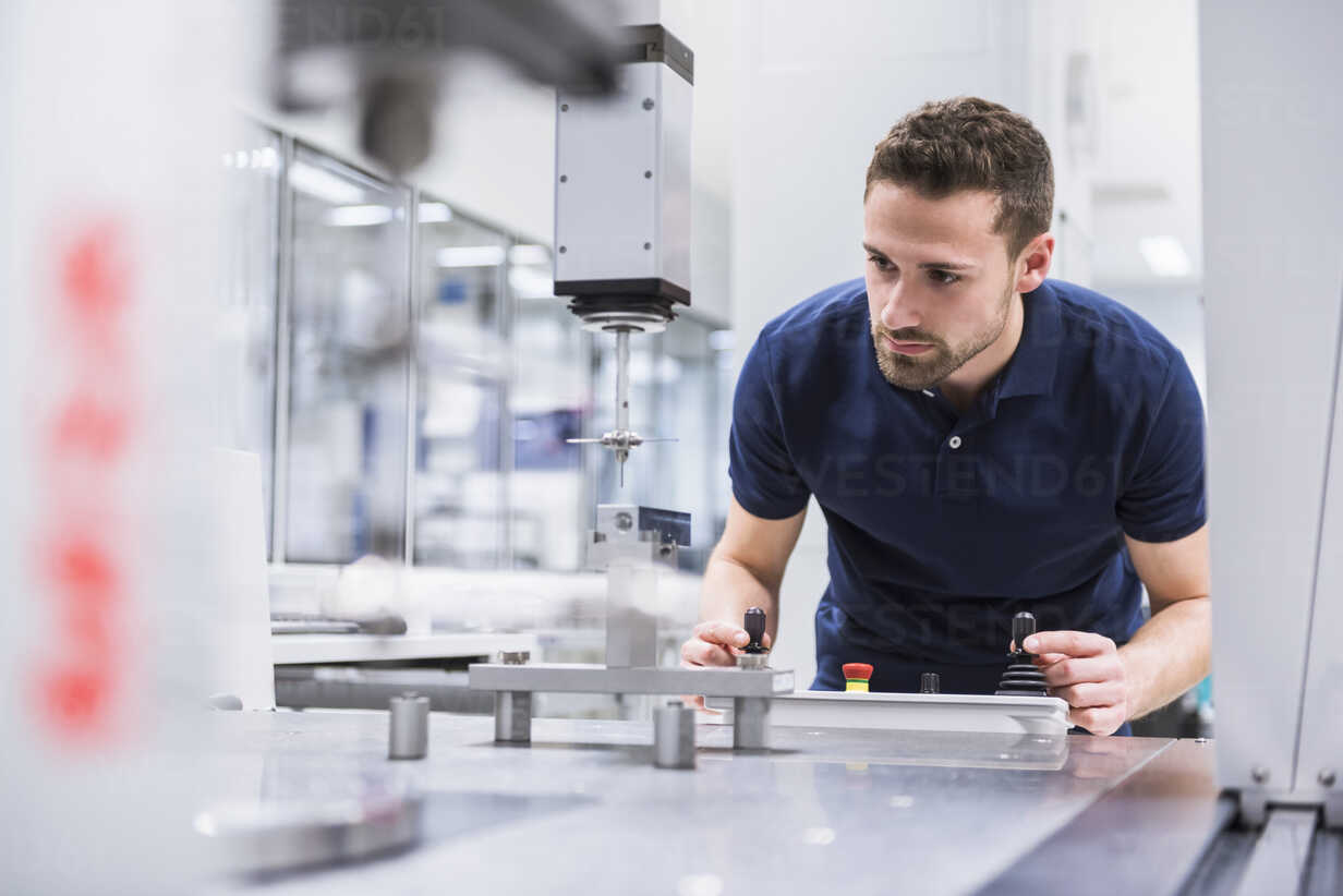 Man operating machine in testing instrument room - DIGF02147 - Daniel Ingold/Westend61