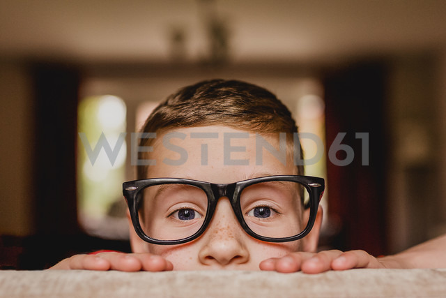 Portrait of peeking boy wearing oversized glasses - NMSF00058 - Nicole Matthews/Westend61