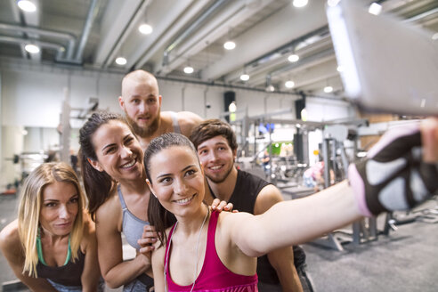Young athletes having fun in the gym, taking selfies - HAPF01602