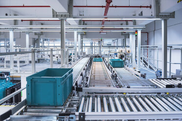 Boxes on conveyor belt in modern automatized high rack warehouse - DIGF02331