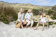 Mother, daughter and grandmother spending a day at the beach - SRYF00364