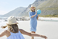 Mother and daughter playing ball an the beach - SRYF00412