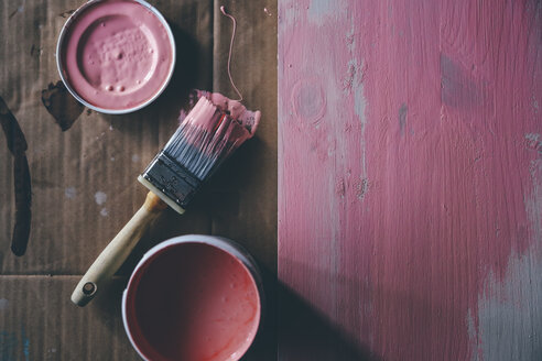 Painting a wooden board pink - RTBF00830