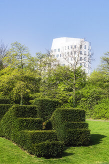 Germany, Duesseldorf, city park and facade of Gehry House - THA01940