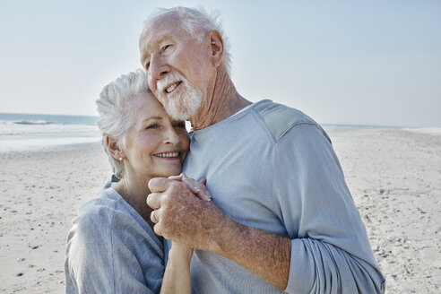 Happy senior couple dancing on the beach - RORF00780