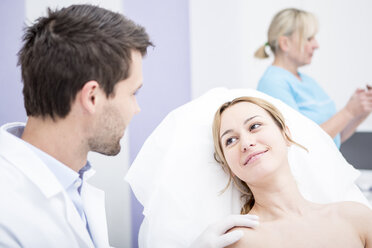 Aesthetic surgery, doctor talking to woman - WESTF22973