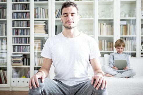 Man meditating at home - WESTF23000