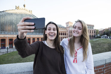 Spain, Madrid, two friends taking selfie with smartphone - ABZF01979