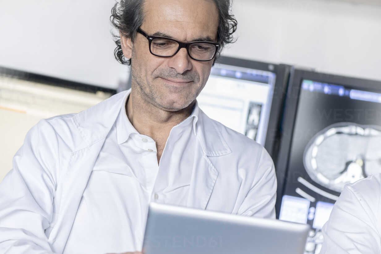 Doctor looking at tablet - MWEF00158 - Manfred Weis/Westend61