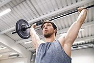 Young man lifting barbell - HAPF01629