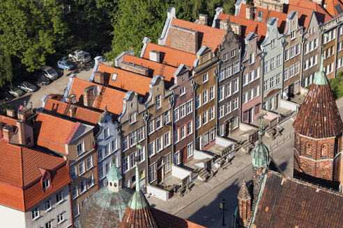Poland, Gdansk, row of historic town housess at the old town seen from above - ABOF00187