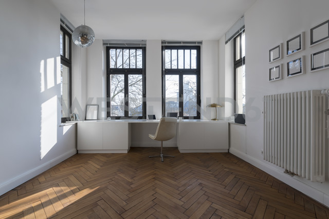 Empty room with chair and large panorama window - SBOF00426 - Steve Brookland/Westend61
