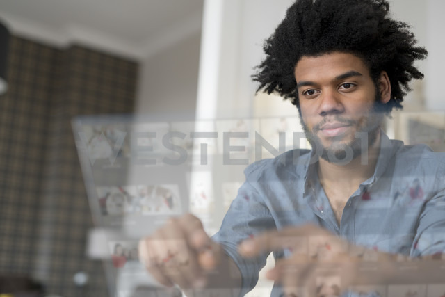 Man at home working on futuristic screen - SBOF00450 - Steve Brookland/Westend61