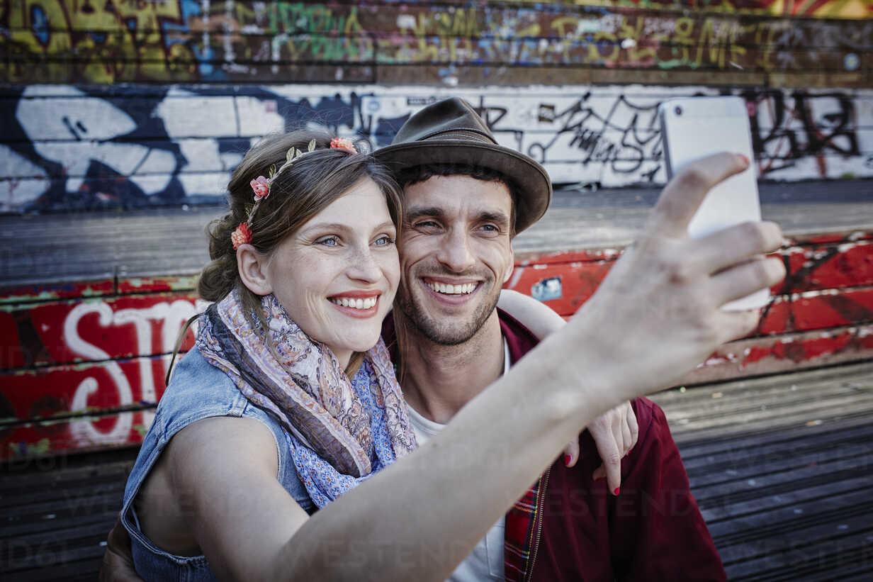 Germany, Hamburg, St. Pauli, Couple taking selfie - RORF00833 - Roger Richter/Westend61